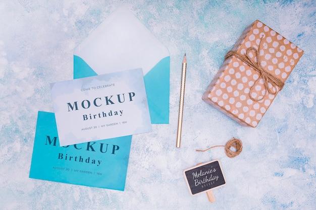 Vista superior da maquete de presente de aniversário com cartão