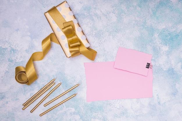 Vista superior da maquete de presente de aniversário com cartões