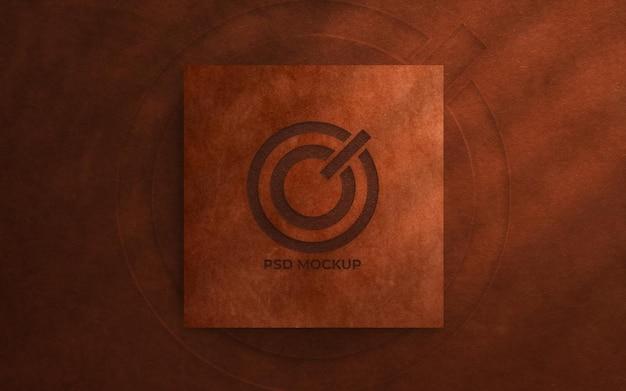 Vista superior da maquete do logotipo com fundo de couro áspero