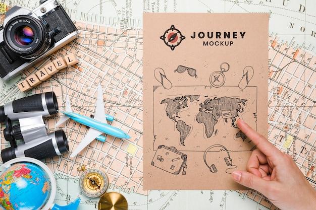Vista superior da maquete do mapa, itens essenciais de viagem