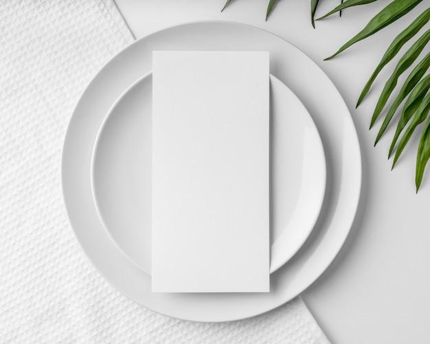 Vista superior da maquete do menu da primavera em pratos com folhas