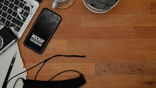 Vista superior da maquete do smartphone na mesa de trabalho