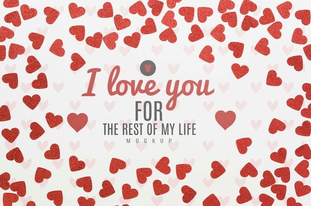 Vista superior da mensagem de amor, rodeada de corações