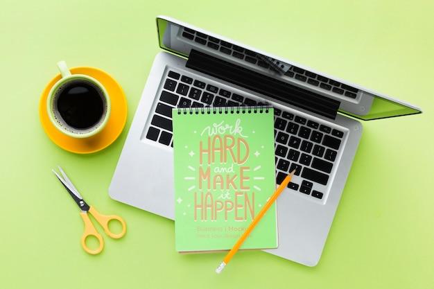 Vista superior da mesa com laptop e café