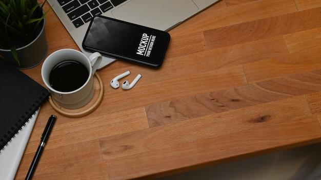 Vista superior da mesa de madeira com maquete de smartphone