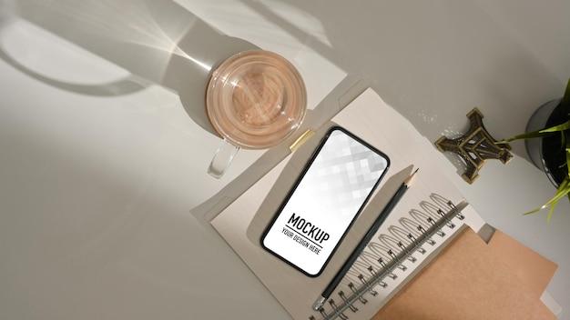 Vista superior da mesa de trabalho com maquete de smartphone