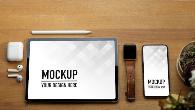 Vista superior da mesa de trabalho com tablet, smartphone e acessórios