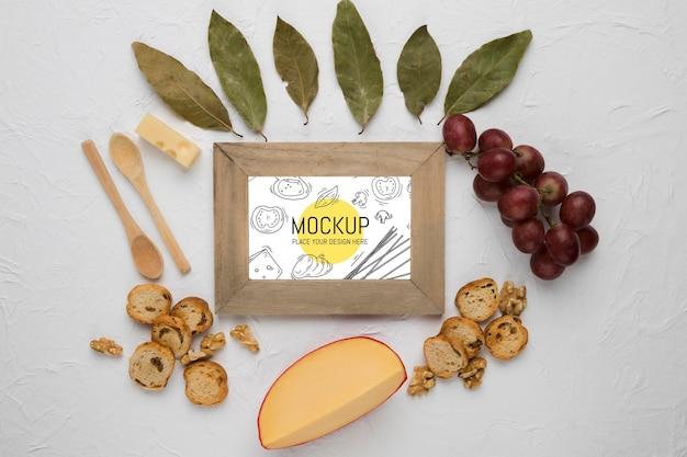 Vista superior da moldura com queijo e uvas