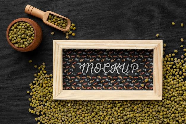 Vista superior da moldura de mock-up com sementes e colher