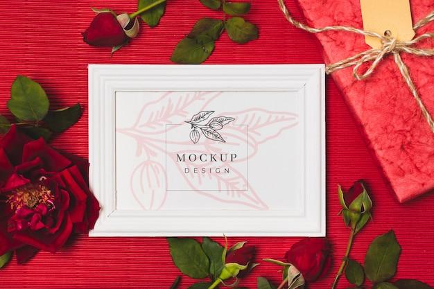 Vista superior da moldura para presente com rosas