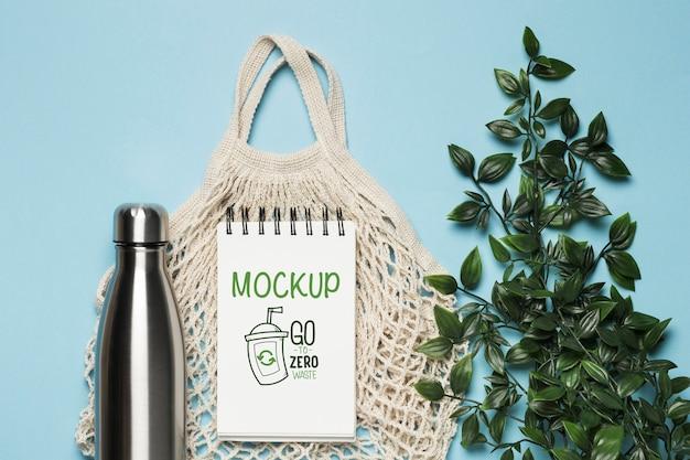 Vista superior da sacola reutilizável com planta e garrafa