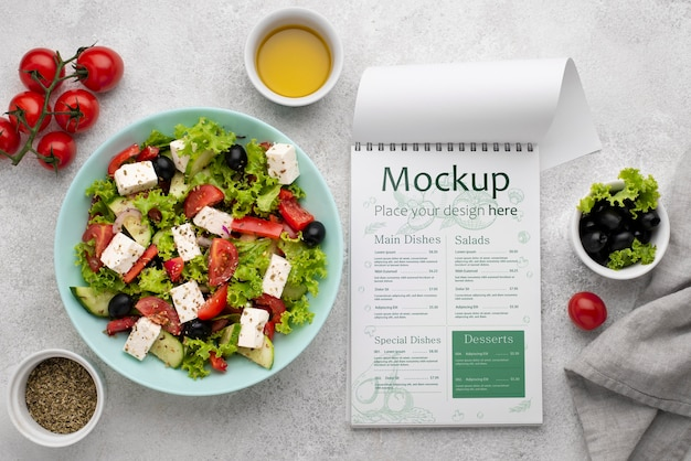 Vista superior da salada e do menu