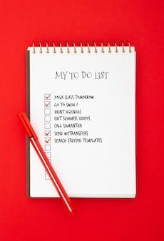 Vista superior da superfície da mesa com a lista de tarefas