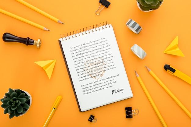 Vista superior da superfície da mesa com caderno e lápis