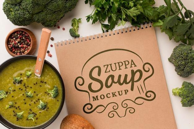 Vista superior da tigela de sopa com caderno