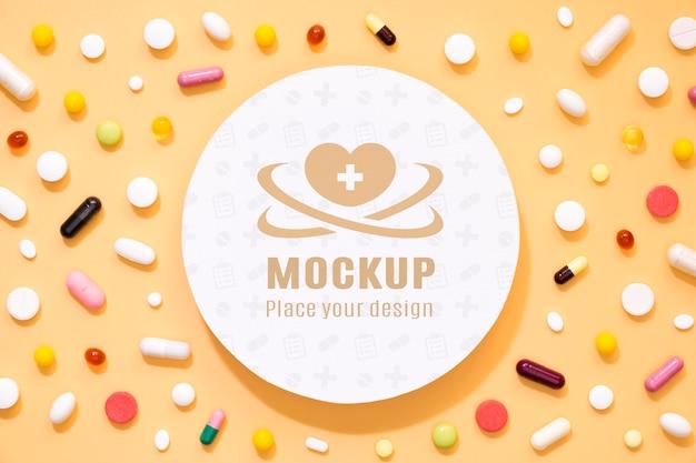 Vista superior da variedade de pílulas e remédios