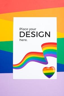 Vista superior das cores do arco-íris no papel e coração