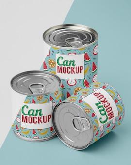 Vista superior das latas empilhadas na mesa