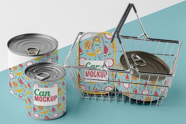 Vista superior das latas na cesta