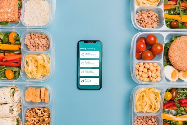 Vista superior das refeições planejadas com smartphone