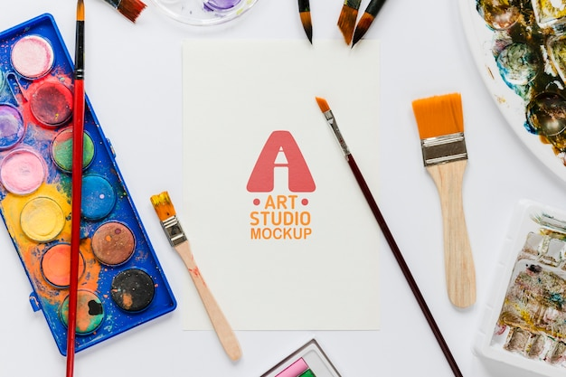 Vista superior de acessórios de pintura artística com maquete