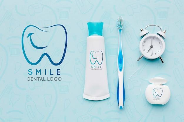 Vista superior de acessórios para cuidados dentários com maquete