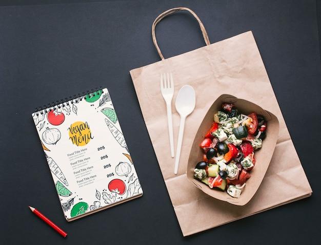 Vista superior de arranjo de serviço de comida grátis com maquete do bloco de notas