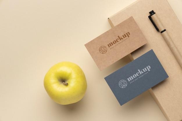 Vista superior de artigos de papelaria com maçã e caneta