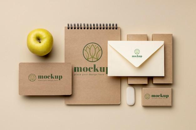 Vista superior de artigos de papelaria com maçã