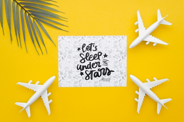 Vista superior de avião e cartão com letras de viagem