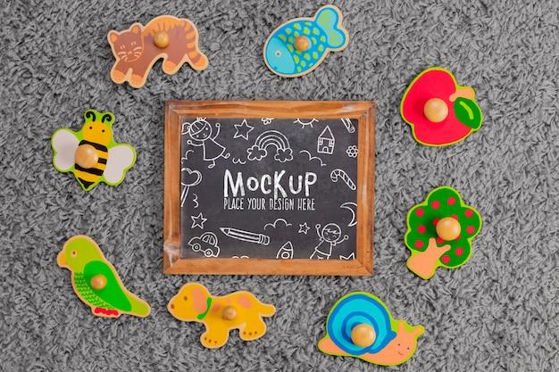 Vista superior de brinquedos infantis com quadro-negro