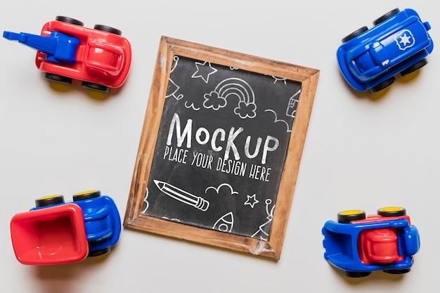 Vista superior de carrinhos de brinquedo com quadro-negro