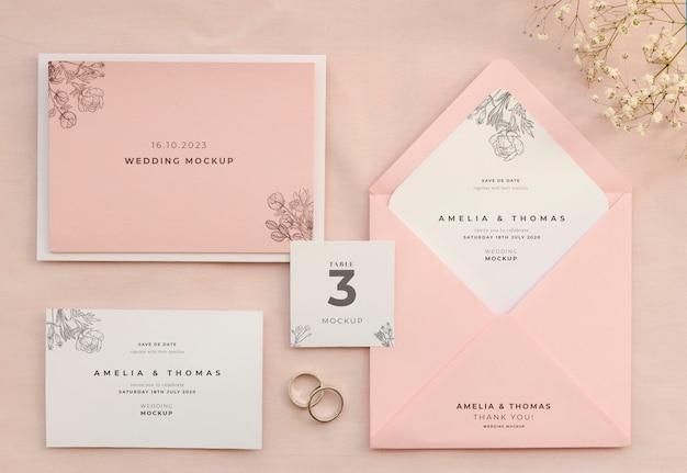 Vista superior de cartões de casamento com flores e envelope