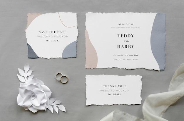 Vista superior de cartões de casamento com rosa de papel e tecido