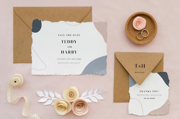 Vista superior de cartões de casamento com rosas e anéis