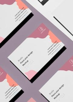 Vista superior de cartões de visita com braille em relevo