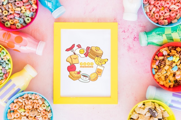 Vista superior de cereais coloridos e moldura em fundo liso