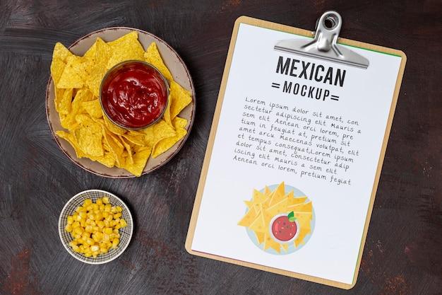 Vista superior de comida de restaurante mexicano com milho e nachos