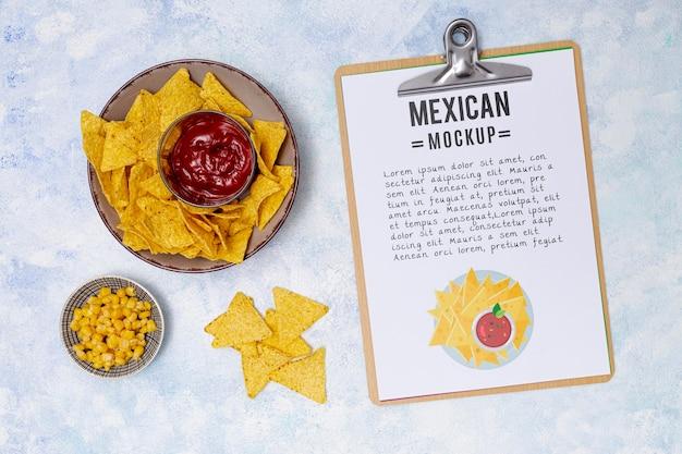 Vista superior de comida de restaurante mexicano com molho e nachos