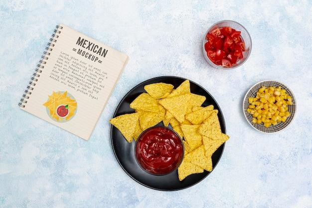 Vista superior de comida de restaurante mexicano com nachos e milho