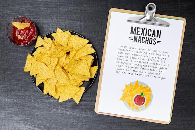 Vista superior de comida de restaurante mexicano com nachos e molho de tomate