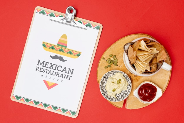 Vista superior de comida de restaurante mexicano com nachos e molho