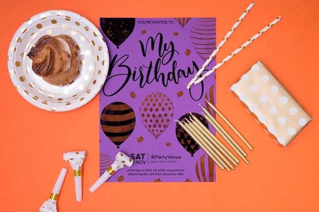 Vista superior de convite de maquete de feliz aniversário
