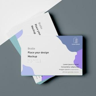 Vista superior de designs de cartão de visita com escrita em braille