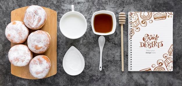 Vista superior de donuts com leite e mel