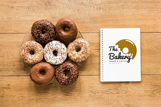 Vista superior de donuts com notebook