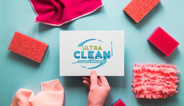 Vista superior de equipamentos de serviço de limpeza com maquete de cartão