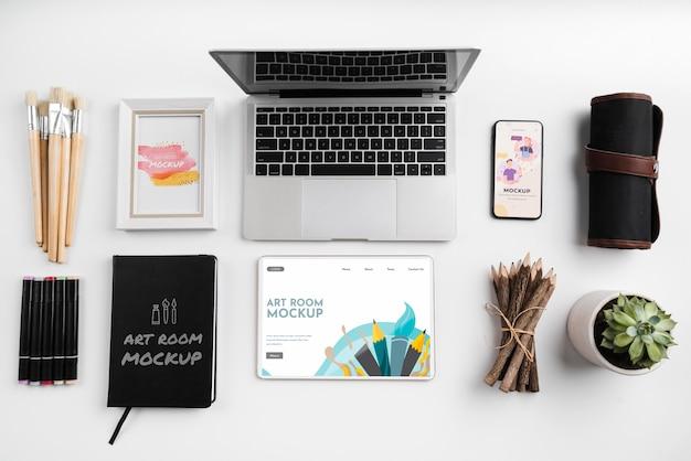 Vista superior de ferramentas de pintura de artista e laptop