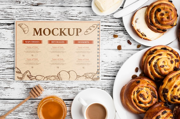 Vista superior de pãezinhos de canela com café e mel
