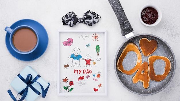 Vista superior de panquecas e café com moldura para o dia dos pais